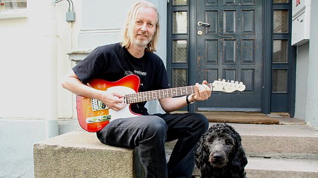 Eivind Aarset med hund og custom Telecaster fra Plag Nabo'n!